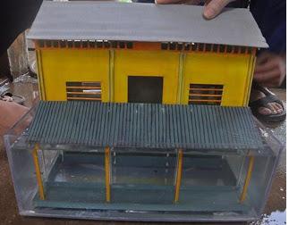 Cận cảnh mô hình ngôi nhà tự động nổi lên cao khi bơm nước vào.